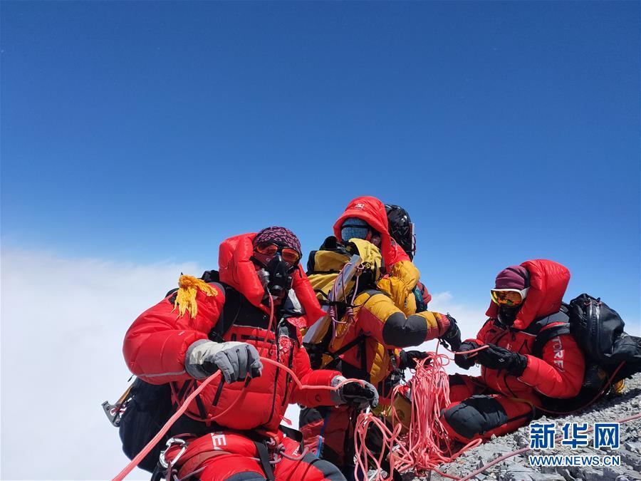 修路队打通至珠峰峰顶路线