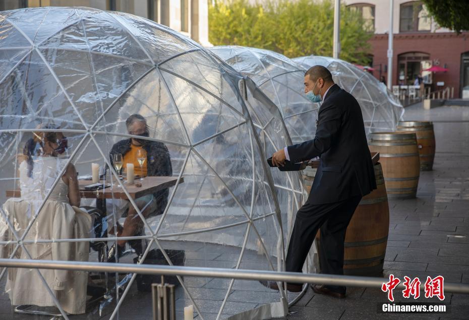旧金山一餐厅户外透明半球形隔离餐位care到食客