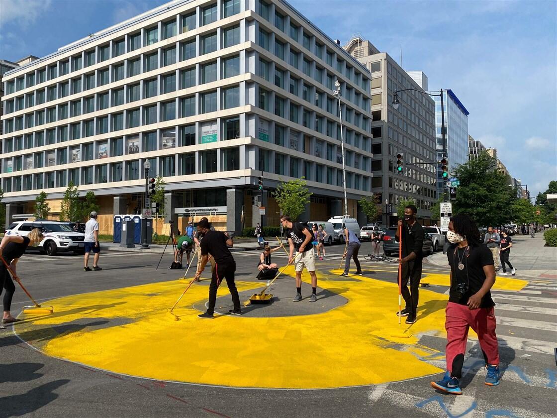 """华盛顿特区市长下令:在通往白宫的街道涂""""黑人的命也是命""""字样插图3"""