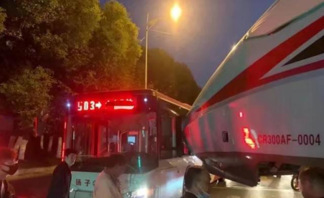 南京一輛公交車與轉運中復興號發生碰擦事故 無人員傷亡