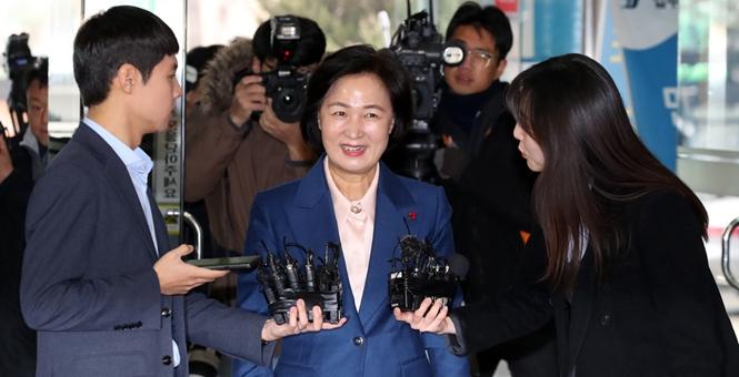 韩国候任法务部长上班 接受采访笑容满面