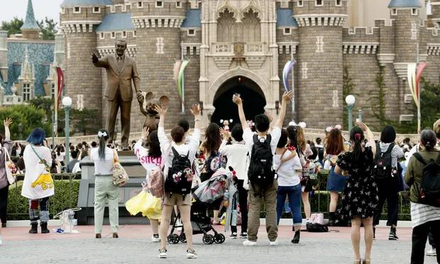 因疫情关闭四个月后,东京迪士尼乐园今天重新开门迎客