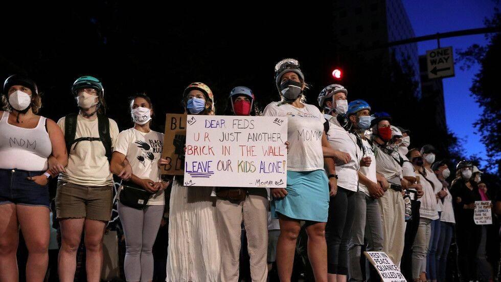"""平心在线:波特兰示威者又出""""新花活"""":妈妈们上街珍爱示威者,戴头盔拉成""""人墙"""""""