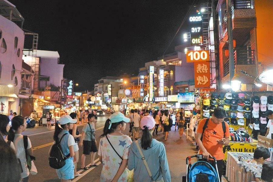 台湾清明假期景点被挤爆! 医护怒:讲不听