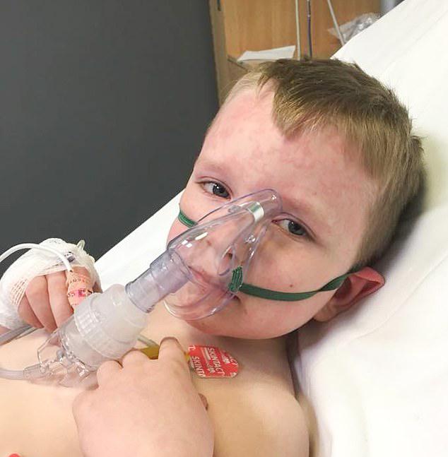 英国7岁小男孩对寒冷过敏 冬天每月都要住院(图)