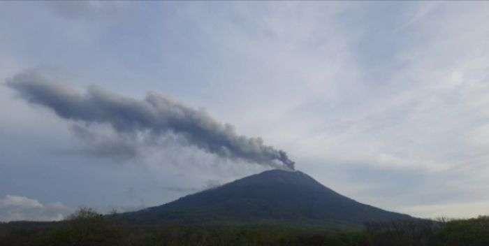 usdt钱包支付(caibao.it):浓烟高达700米 印尼爱丽火山30日喷发 第1张