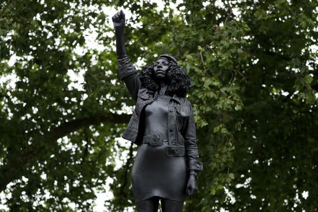 欧博注册:英国仆从商人雕像被毁后原址立起黑人雕像,24小时内即遭官方拆除