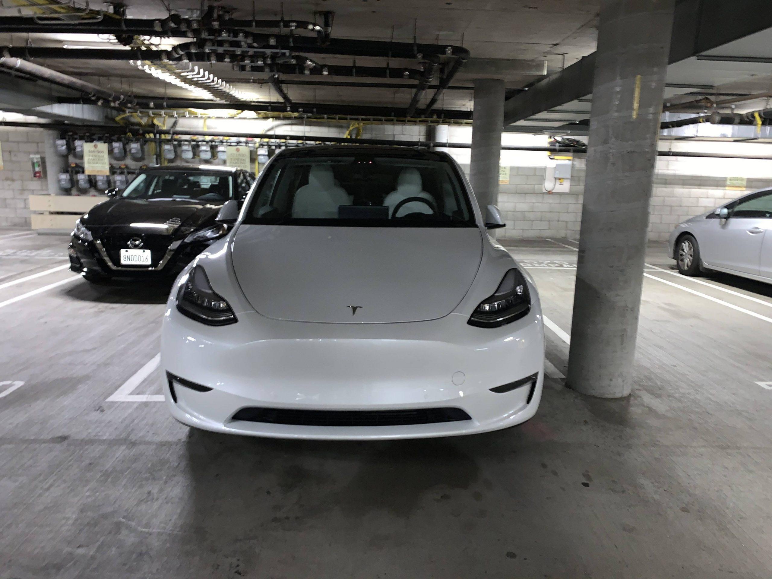 特斯拉ModelY白色座椅版现身洛杉矶某地下车库