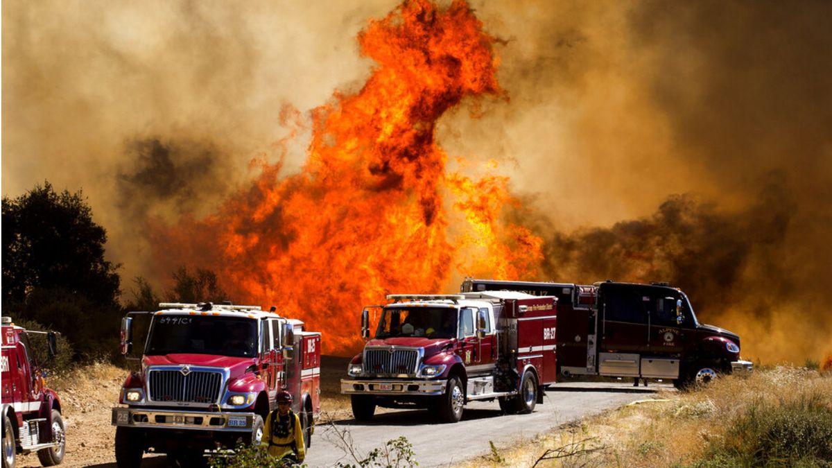 苏州新闻网:美国加州燃起大火现场浓烟滚滚 7800人紧要撤离 第1张