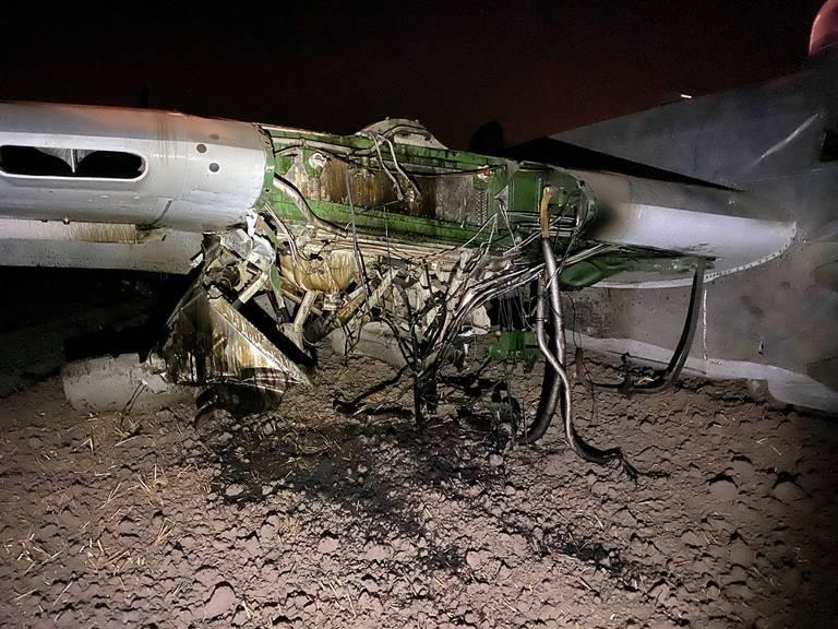 美国一架B-25轰炸机坠毁:栽进泥地2人受伤 第3张