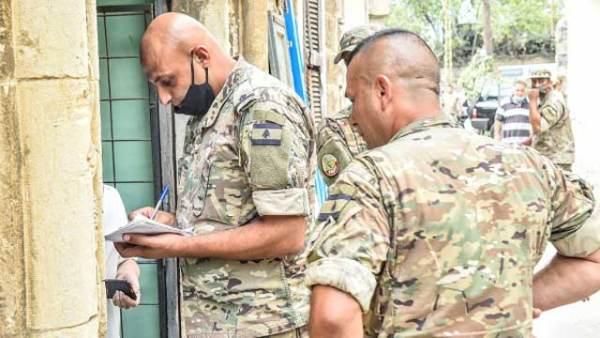 黎巴嫩军人在首都港口分发救援物资