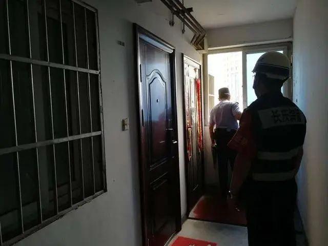 门锁坏了!今早杭州一名要高考的男孩困在家里!孩子的反应出人意料