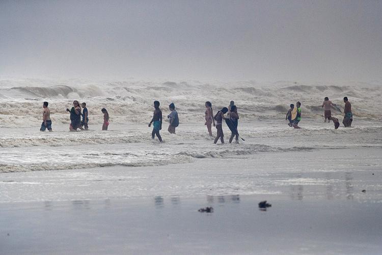 飓风汉娜登陆美国得克萨斯州?民众在海滩巨浪中玩耍