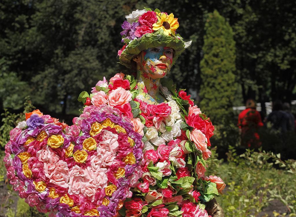 乌克兰基辅举行卡通花卉展30万朵鲜花创造出众多卡通人物