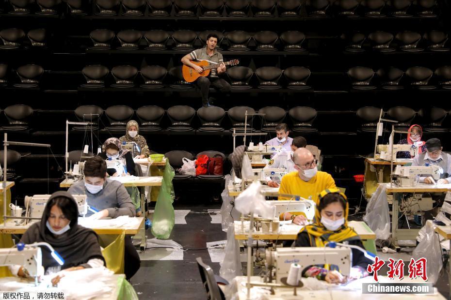 """伊朗剧院变""""工厂""""赶制口罩 吉他手为志愿工人伴奏"""