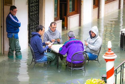 威尼斯水位再度触及1.5米游客水中用餐沉船书店持续被淹