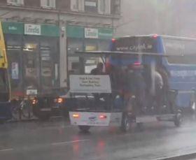 这点痛算什么!爱尔兰街头多名男子暴风雨中享受踏板酒吧之旅