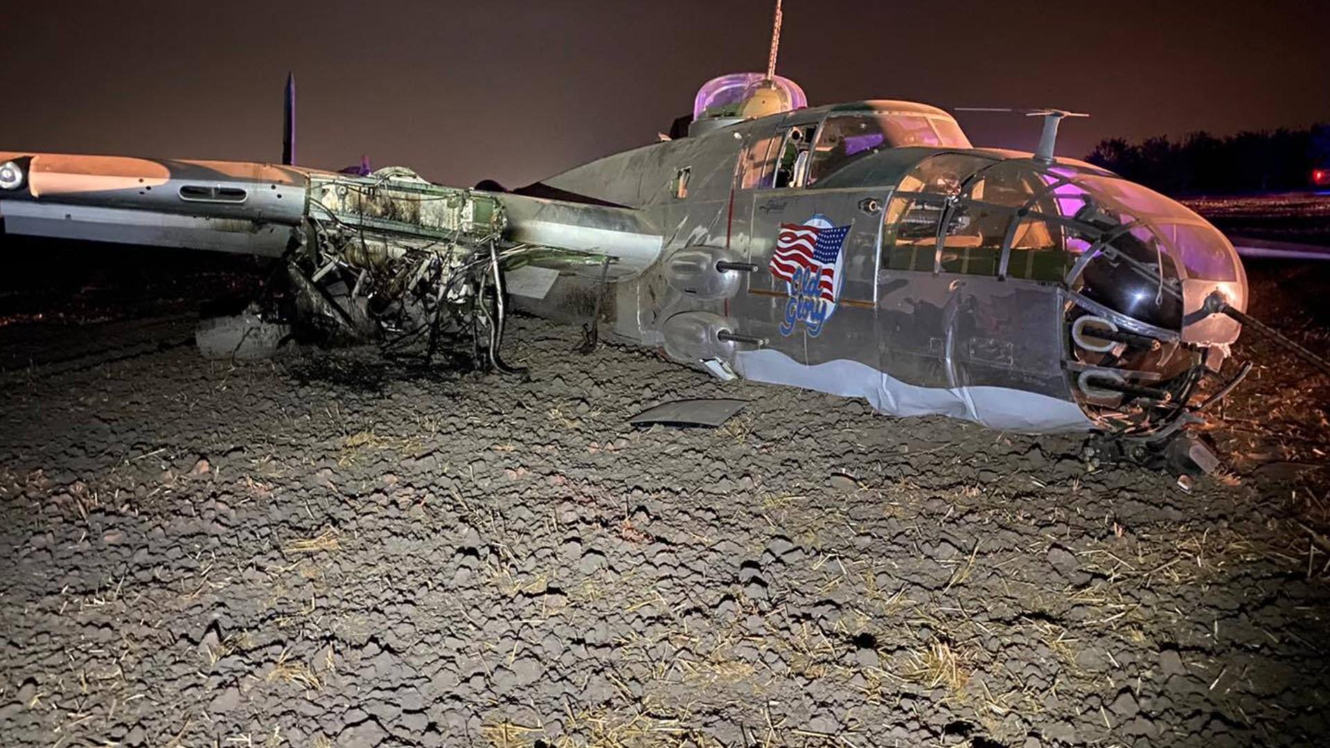 美国一架B-25轰炸机坠毁:栽进泥地2人受伤 第1张