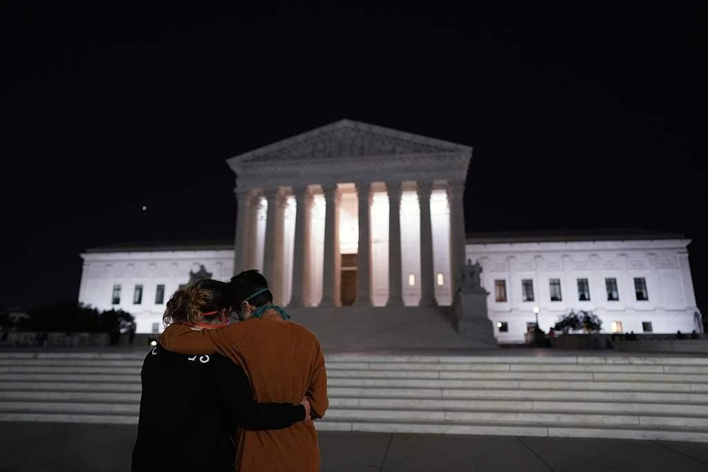 美国最高法院降半旗悼念大法官金斯伯格
