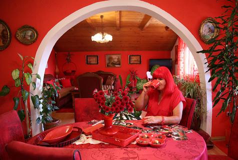 波黑一女子疯狂迷恋红色系 房屋衣物一片火红
