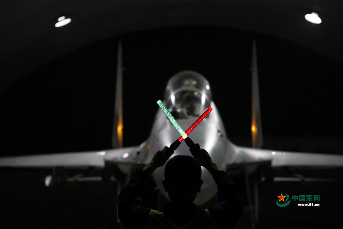 夜间出击 战机升空作战