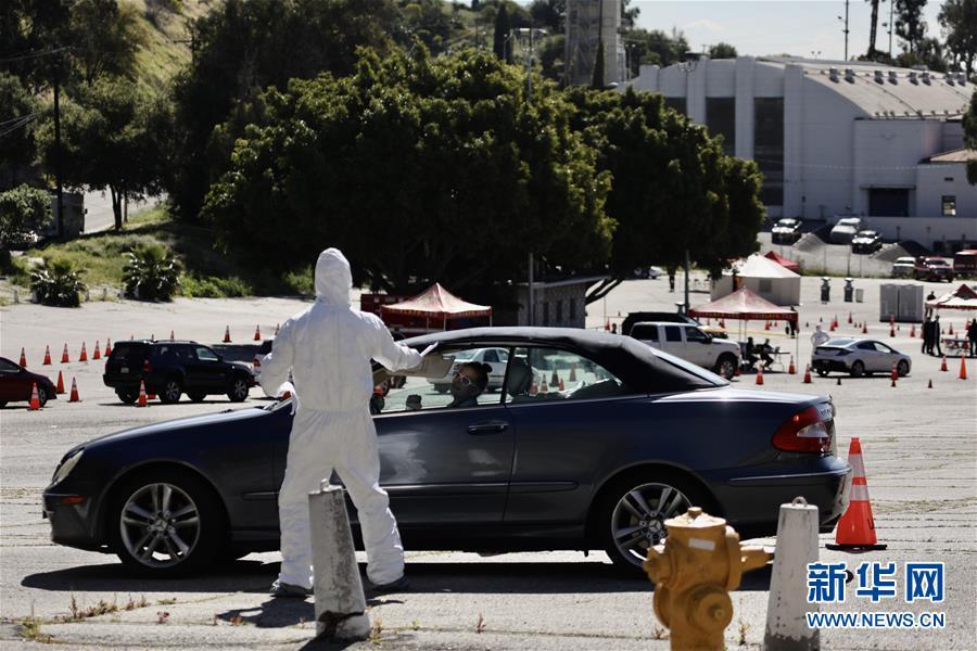 洛杉矶民众前往新型冠状病毒免下车检测站检测