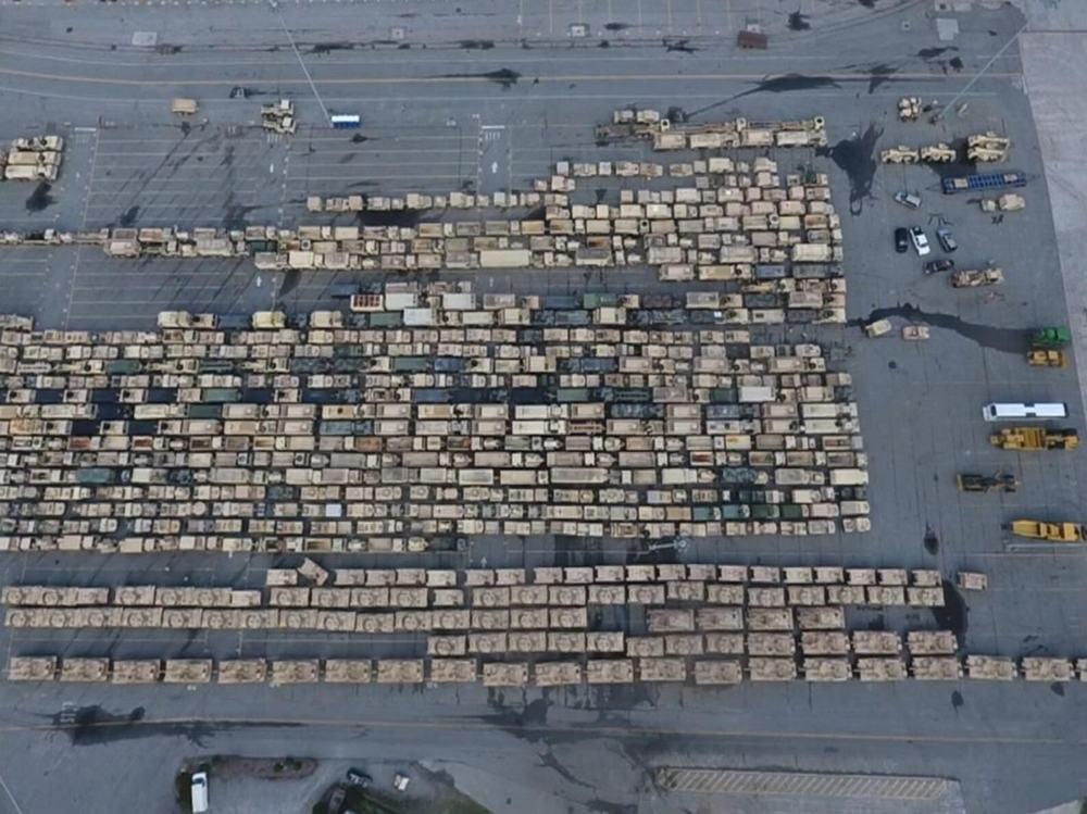 美国装甲大军开赴欧洲军演战车在码头集结密密麻麻