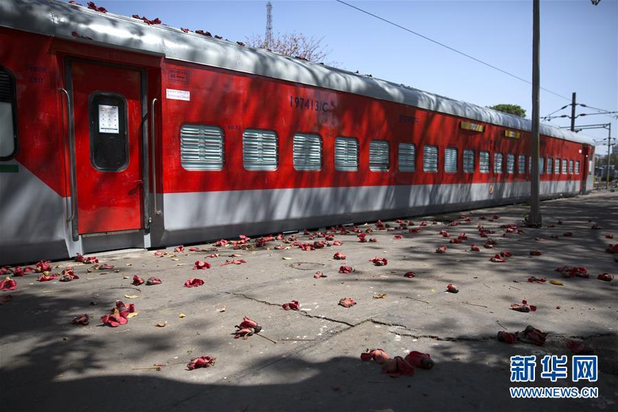 印度:火车车厢改造成隔离病房