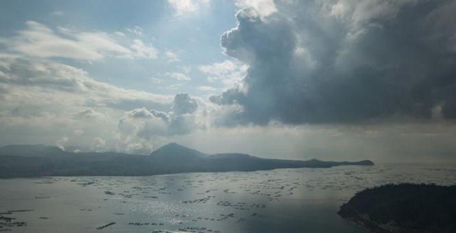 菲律宾火山持续喷出火山灰和浓烟 仍存剧烈喷发危险