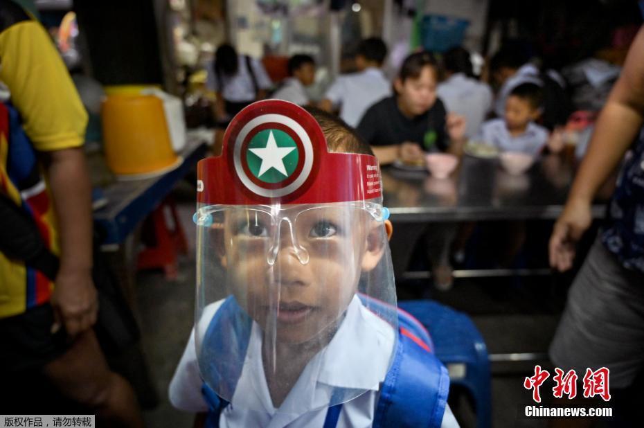 泰国学校全数恢复上课 学生戴面罩上课隔离用餐