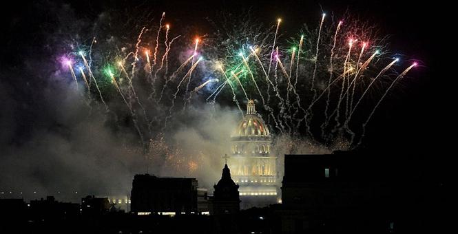 哈瓦那迎来建城500周年 绚丽烟花绽放天空