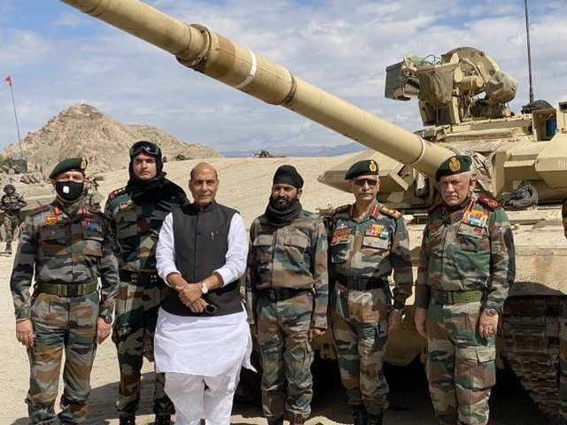allbet gaming下载:印度防长接见中印边境地区,旁观印军坦克和步战车演练 第3张