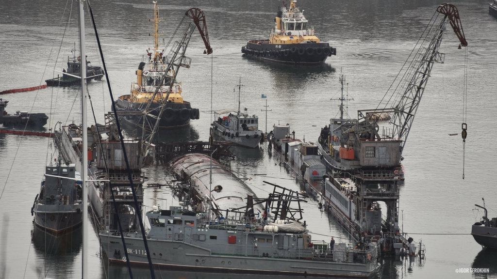 俄唯一航母发生火灾3天后潜艇又在船厂里翻了