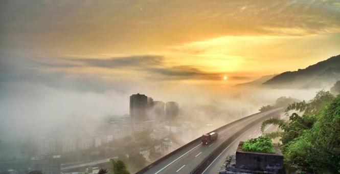 平流雾笼罩重庆沿江小镇 风景格外壮美