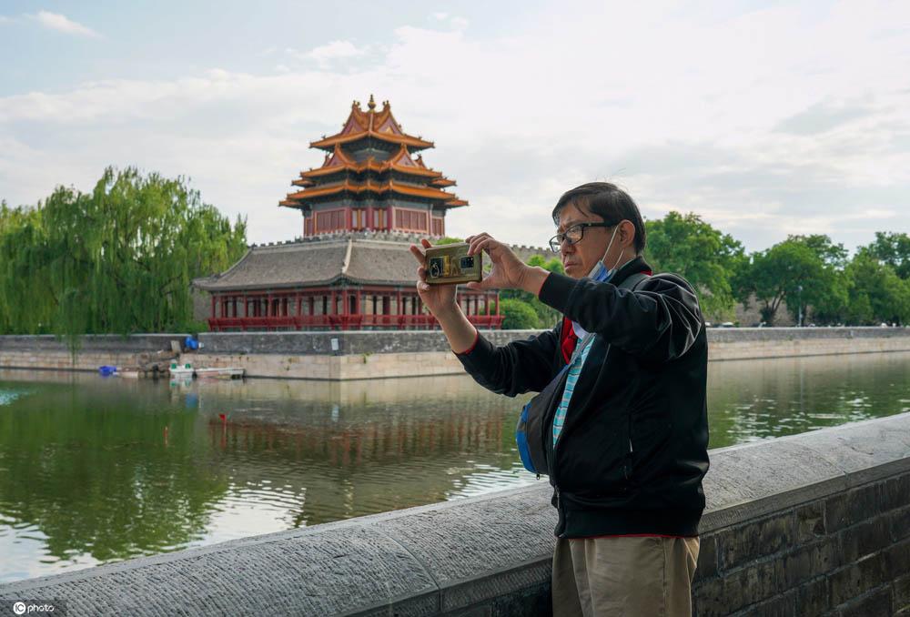北京角楼风景迷人吸引众多摄影爱好者拍照留念