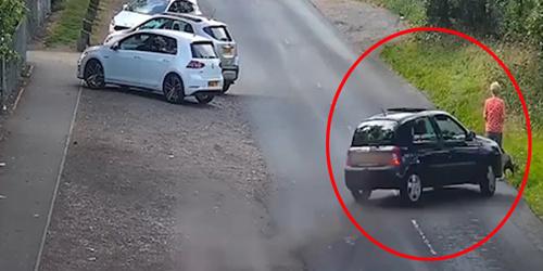 英国女子路边遛狗被失控汽车撞伤 宠物狗当场死亡