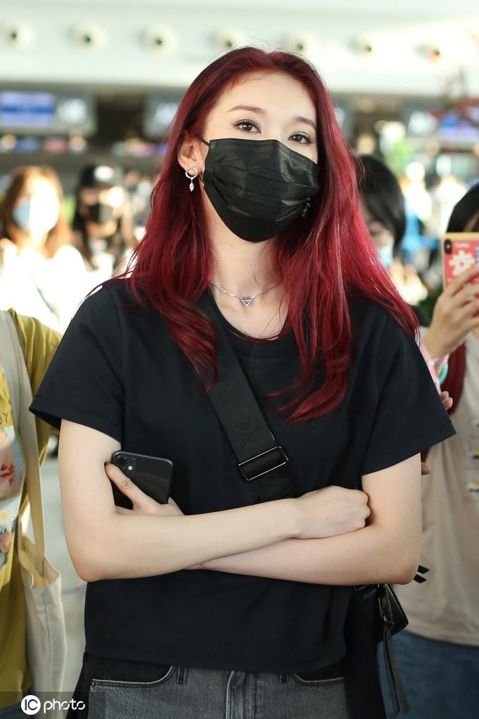 刘令姿现身机场红发抢镜 被粉丝簇拥全程傲娇高冷