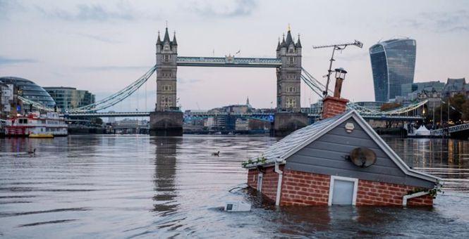 """英将""""房屋""""沉入泰晤士河 呼吁关注气候变暖"""