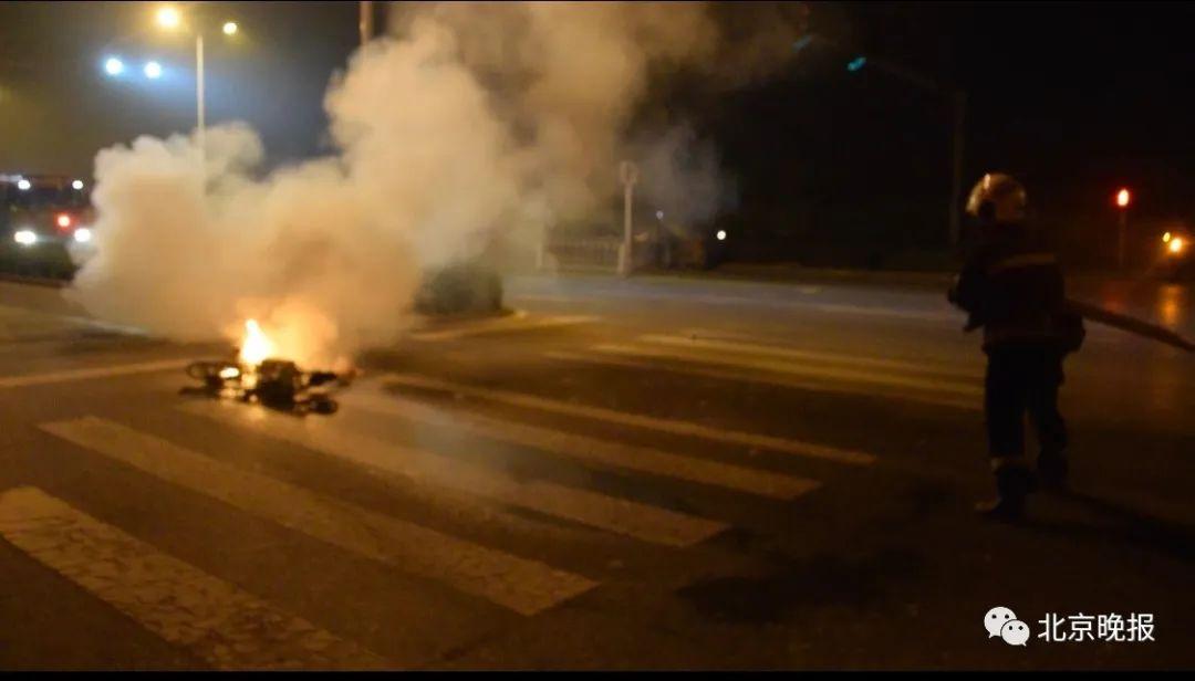 骑电动车带娃回家半路车着了,起火配件已使用近3年