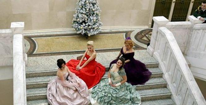 白俄罗斯举行新年盛装舞会 美女翩翩起舞