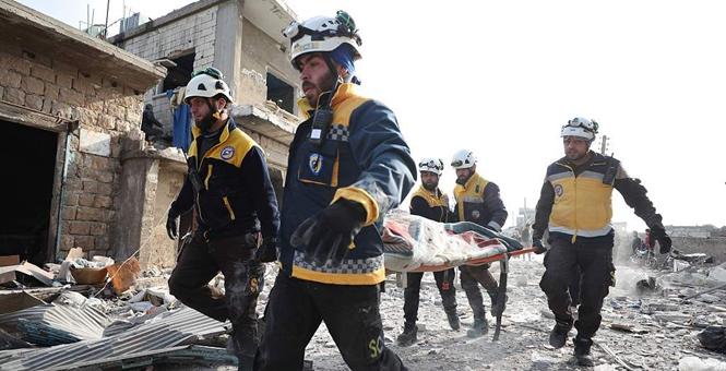 """叙利亚伊德利卜再遭空袭 """"白头盔组织""""成员救援受伤民众"""