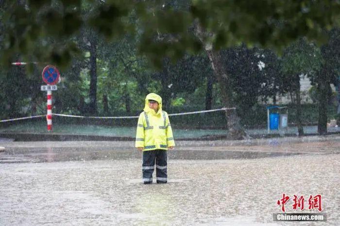 """往年""""哗啦啦"""",今年""""轰隆隆"""",南方暴雨为何这么猛?"""
