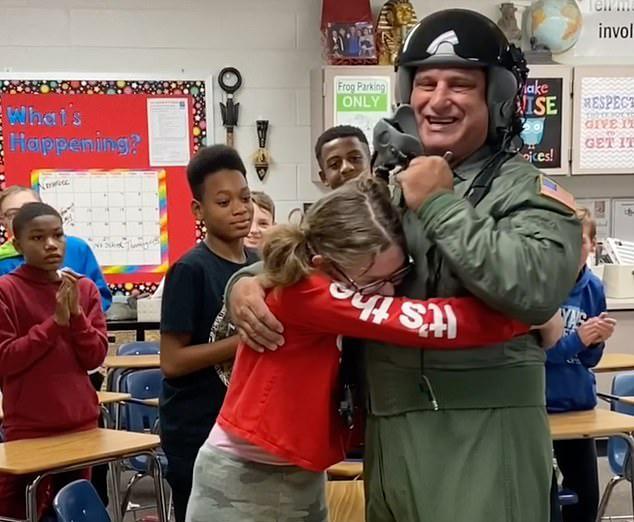 退伍老兵为自闭症继女送惊喜父女俩拥抱画面太美了