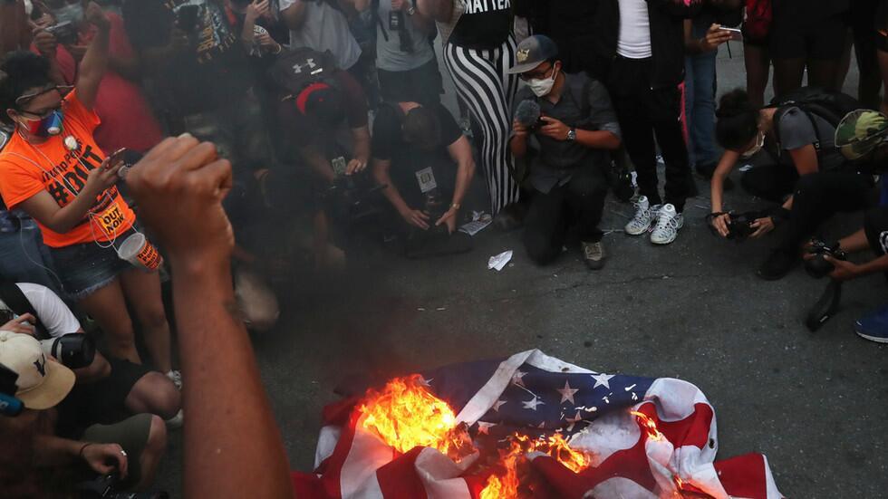 "allbet登录官网:美国独立日,特朗普在白宫讲话""致敬美国"",示威者在外面焚烧美国国旗"