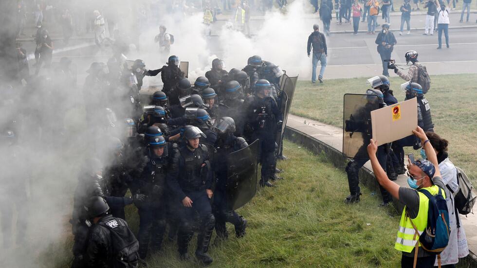 皇冠体育app:法国抗议现场再现暴力一幕:警员猛拽女抗议者头发往前拖行,还将其狠狠推向身旁的树...... 第3张