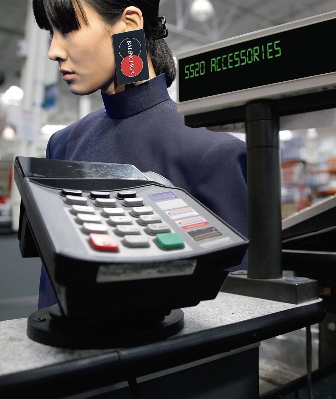 疫情期间 时装编辑告诉你用卡还是用现金消费?
