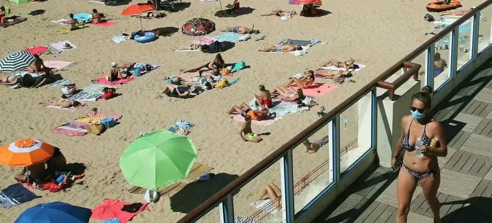警察要两名裸胸女子穿衣,法国人怒了,惊动内政部长