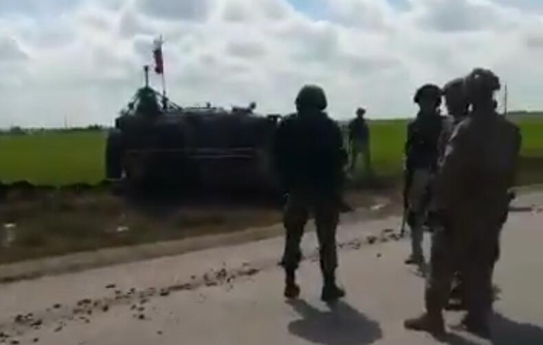 美俄在叙利亚又起冲突,俄军战车被美军逼到泥坑里