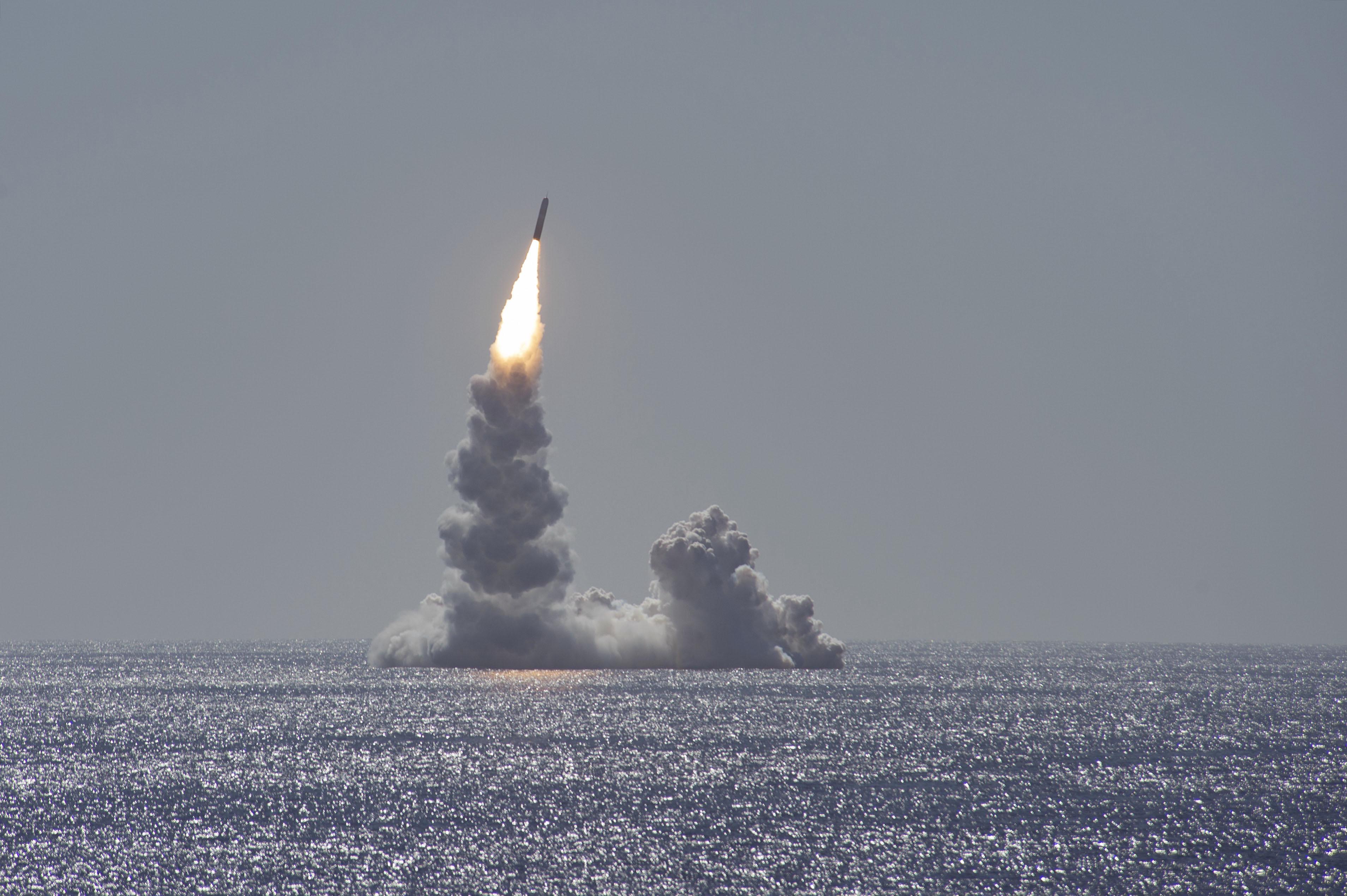 美国今年首次试射三叉戟II潜射弹道导弹现场画面曝光