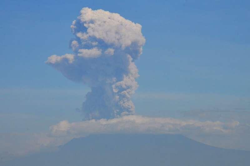 卡利:印尼莫拉比火山今晨两次喷发 浓烟高达6000米 第1张